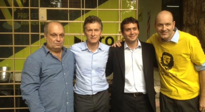 Macri junto a Lombardi, Roulliet y Sturzenegger con la casaca revolucionaria