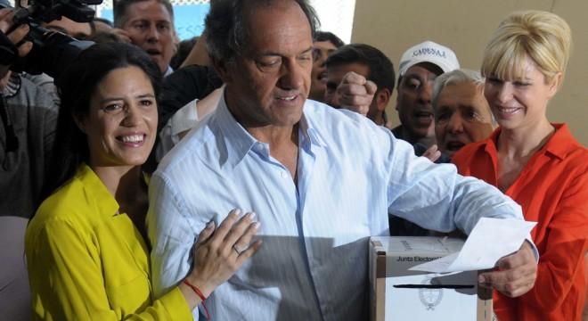 Daniel Scioli al votar esta mañana junto a su hija Lorena y Karina Rabollini.