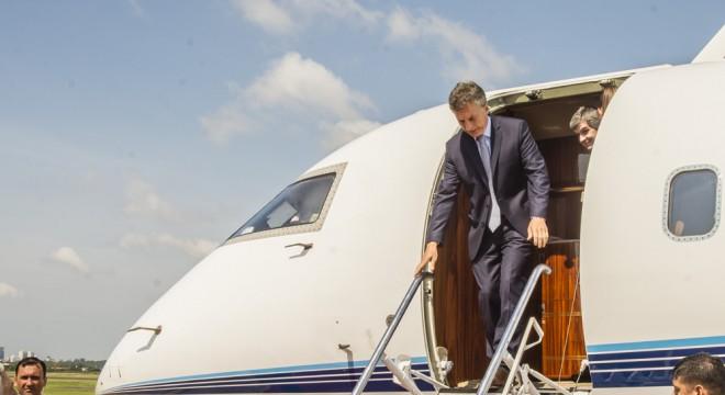 Macri desciende del avión privado que alquiló para viajar a la Cumbre del Mercosur de Asunción.