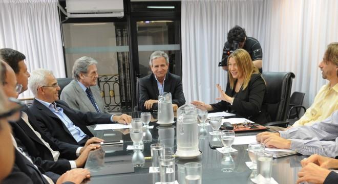 La gobernadora Roxana Bertone con el ministro de Modernización, Andrés Ibarra.