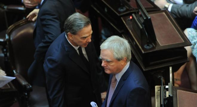 Pichetto dialoga con el macrista Pinedo en el recinto del Senado.