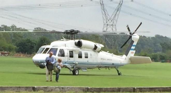 Dietrich desciende del helicóptero en un country de Pilar
