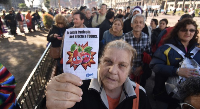 Cientos de personas fueron a buscar peras y manzanas a Plaza de Mayo.