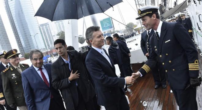Macri con su ministro de Defensa en la Fragata Libertad.