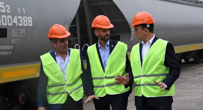 Cano, Dietrich y el titular de Trenes Argentinos Cargas, Ezequiel Lemos, recibieron esta semana vagones de CRCC.