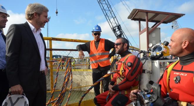 Frigerio y Bereciartua hablan con buzos que trabajan en la tuneladora de la nueva planta de Dock Sur.