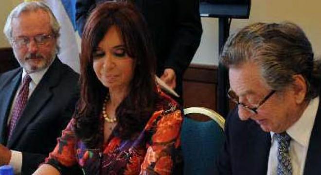 Leslie Pierce, Cristina Kirchner y Franco Macri al momento de crearse el Consejo Empresarial Binacional de Integración e Inversiones que el propio Macri preside