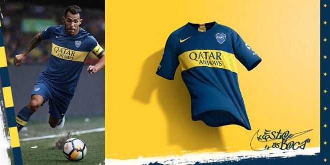 Carlos Tevez y la nueva camiseta de Boca, presentada este viernes.