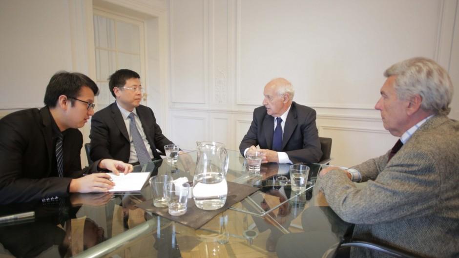 Lavagna con el embajador chino