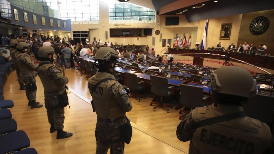 Amenaza de autogolpe en El Salvador: Bukele entró con militares al Congreso