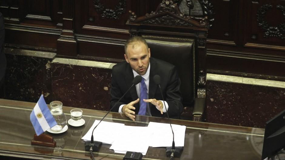 """Guzmán culpó a los bonistas y al FMI por la crisis y dijo que no es """"realista"""" bajar el déficit este año"""