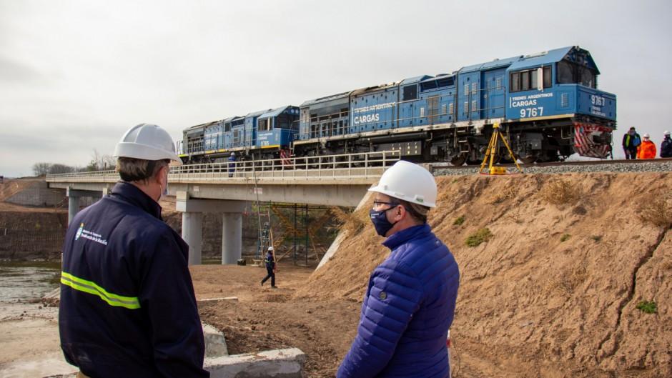 Martín Gainza, vicepresidente de Belgrano Cargas supervisando las pruebas del puente ferroviario sobre el río Carcarañá