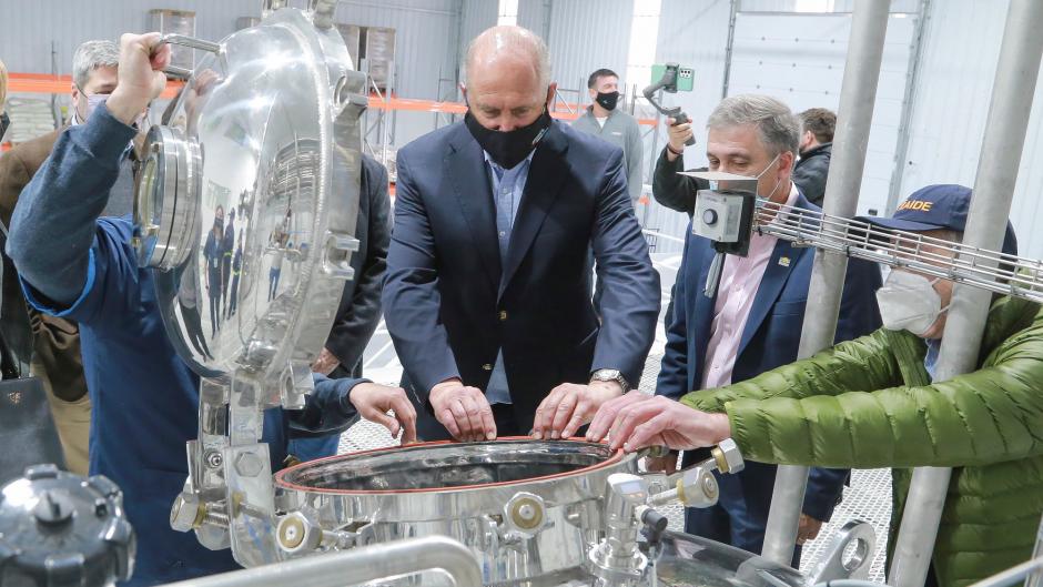 El gobernador Perotti en la nueva planta de la empresa de origen brasileño Forbio que fabrica insumos biológicos para la agricultura.