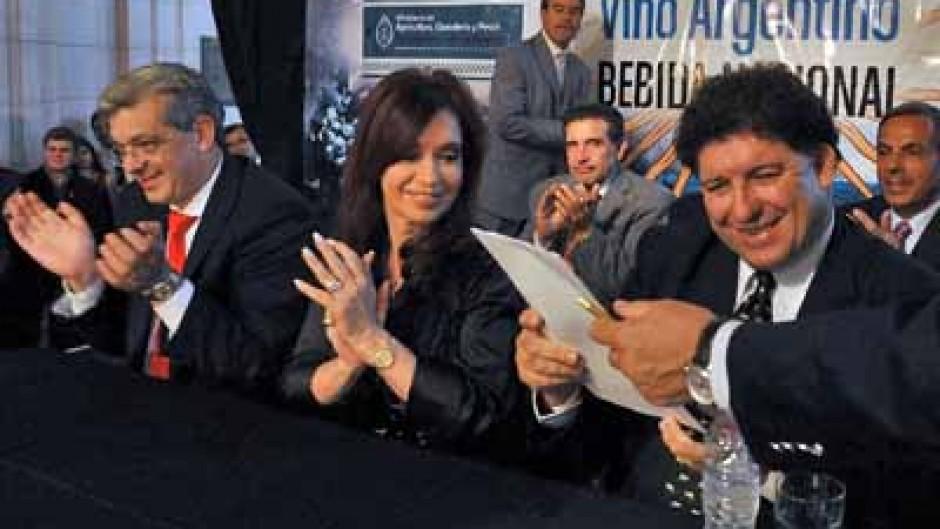 """Resultado de imagen para 2010 - declara al vino argentino como la """"bebida nacional"""""""